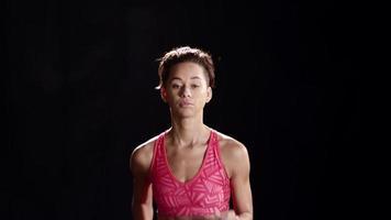 donna nera fare jogging su un tapis roulant