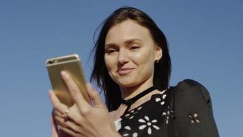 bella giovane donna utilizza lo smartphone