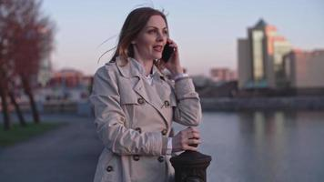 mujer charlando por teléfono durante la caminata