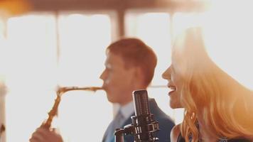 duo de jazz sur la scène du restaurant. chanteur au micro. saxophoniste. style