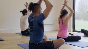 istruttore con lezione di yoga in palestra girato su r3d