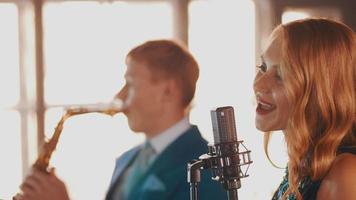 duetto jazz si esibisce nel ristorante. cantante. sassofonista. stile retrò. musicisti