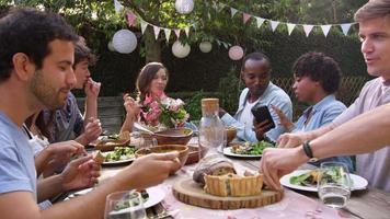 l'ospite scatta una foto del cibo al telefono alla festa ripresa su r3d video