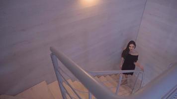 chica morena sube las escaleras