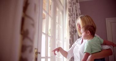 la madre se une a su bebé en casa video