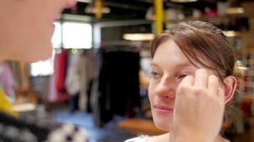 mode-fotoshoot buitenshuis in een vriendelijke en ontspannen sfeer video