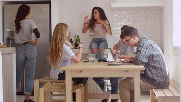amici adolescenti, studiando e parlando in cucina, girato in r3d video