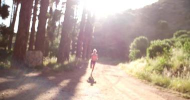 Läufer auf Naturlehrpfad machen eine Pause mit morgendlicher Sonneneruption video