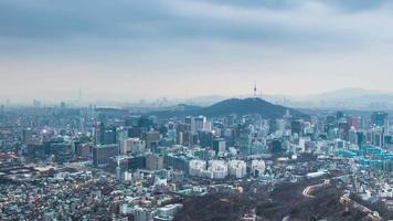 lasso di tempo del palazzo gyeongbokgung e del traffico di notte a seoul, corea del sud.