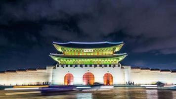 lapso de tempo do palácio gyeongbokgung e tráfego à noite em seul, na Coreia do Sul.