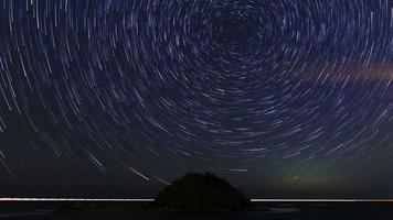 estrela em espiral majestosa trilha sobre o oceano com a ilha. video