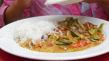 ajouter du riz au curry de légumes video