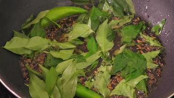 Cuisine indienne mélange masala en préparation