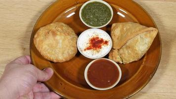 samosa et kachori servis avec condiments, top-shot video