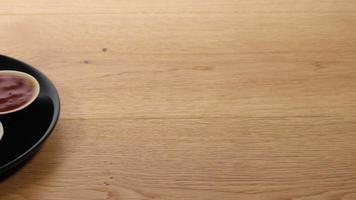 traccia di un piatto nero di samosa e chutney servito