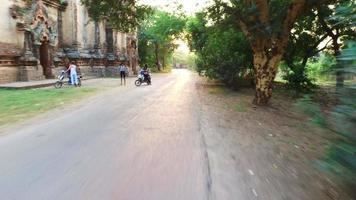Straßenfahrt im alten Bagan