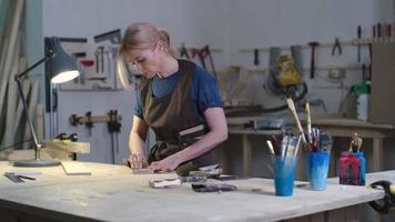 artesã polindo madeira video