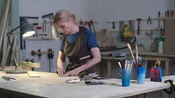Handwerkerin poliert Holz video
