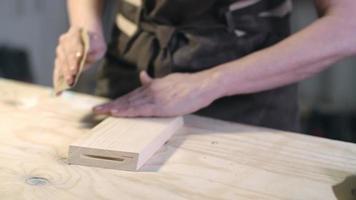 artesã lixando madeira video