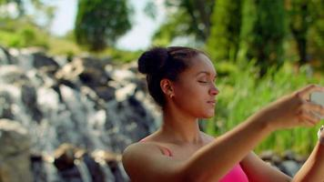 fille selfie. Gros plan d'une fille latine prenant une photo de selfie video
