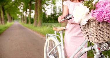 Blumen im Korb eines klassischen Fahrrads in einem Park video