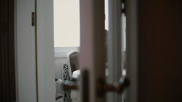 femme utilise un ordinateur portable et apprécie le café du matin sur une salle à manger lumineuse. curseur vers la gauche, vue à travers les portes ouvertes