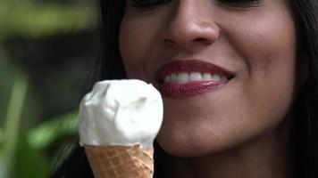 mulher tomando sorvete video