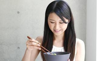 junge Frau, die Katsudon isst video