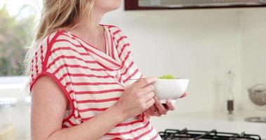 schwangere Frau, die Salat isst