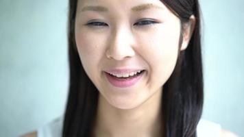 giovane donna che mangia patatine fritte video