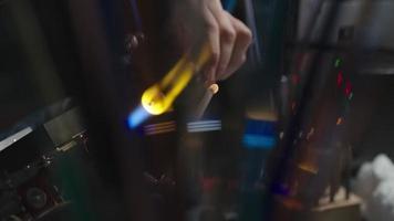 modellando una perla di vetro in fiamme