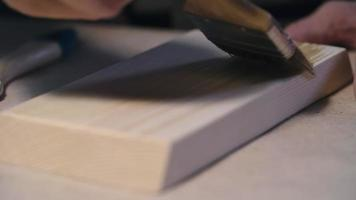 aplicar barniz a la madera