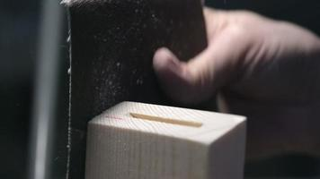 Zimmermann schleift Holz video