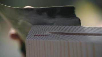marceneira lixando madeira video