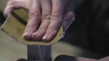 lixar pedaço de madeira video