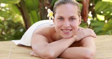 donna calma che si trova sul lettino da massaggio