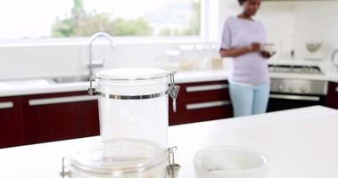 donna incinta che mangia cereali e latte
