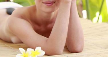 ruhige Frau auf Massagetisch liegend video
