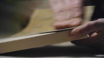 lixando um pedaço de madeira video