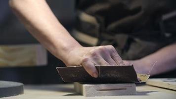 Handwerker schleifen Holz
