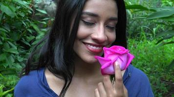 mujer bonita admirando flor