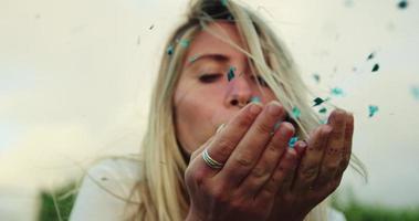jovem soprando glitter