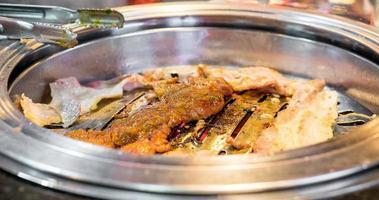 Lapso de tiempo de personas comiendo tocino, cerdo y pollo al estilo coreano a la parrilla en el restaurante