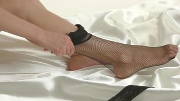 mulher calçando meia.