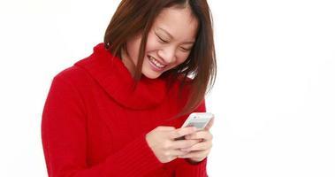 mulher sorridente usando smartphone video