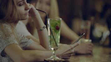 donna sola utilizzando smartphone