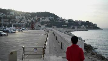 Frau läuft am Meer entlang