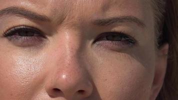 gros plan des yeux de la femme