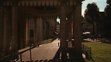 Tiro de cardán de bajo perfil con el famoso pabellón real en Brighton, Inglaterra, Reino Unido en un día soleado