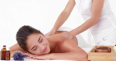 mujer disfrutando de un masaje